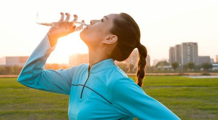 Femme qui boit de l'eau