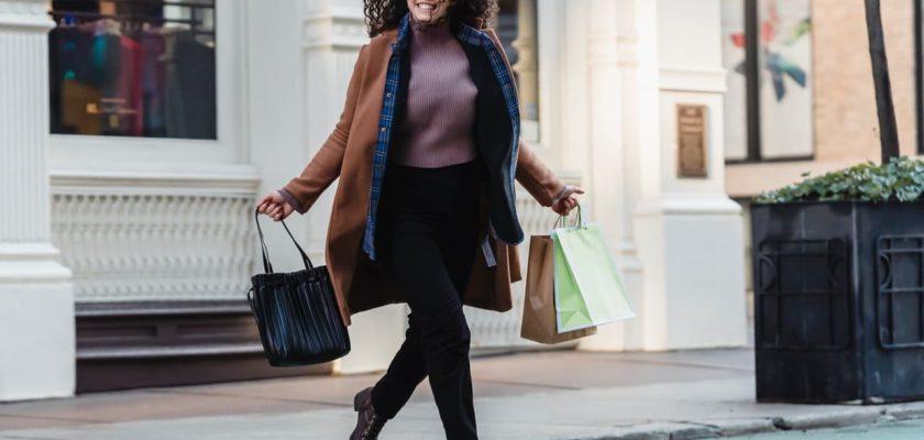 femme grande taille qui fait du shopping